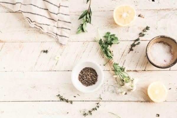 Je nach Jahreszeit können Dir bestimmte Kräuter und Pflanzen helfen, deinen Stoffwechsel in Schwung zu bringen.