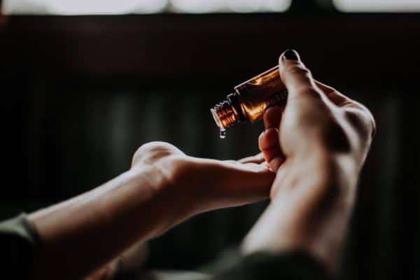 FEMNA zeigt dir, wie du deinen Hormonhaushalt mit ätherischen Ölen regulieren kannst.
