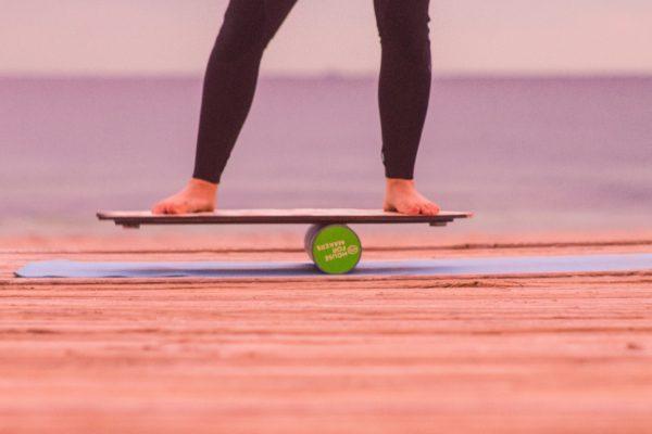 Balance auf einem Skateboard ohne Rädern