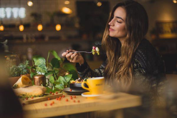 Junge Frau isst gesundes Essen