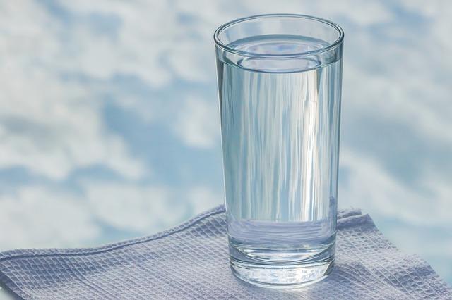 ausreichend Wasser trinken um deinen Zervixschleim zu verbessern